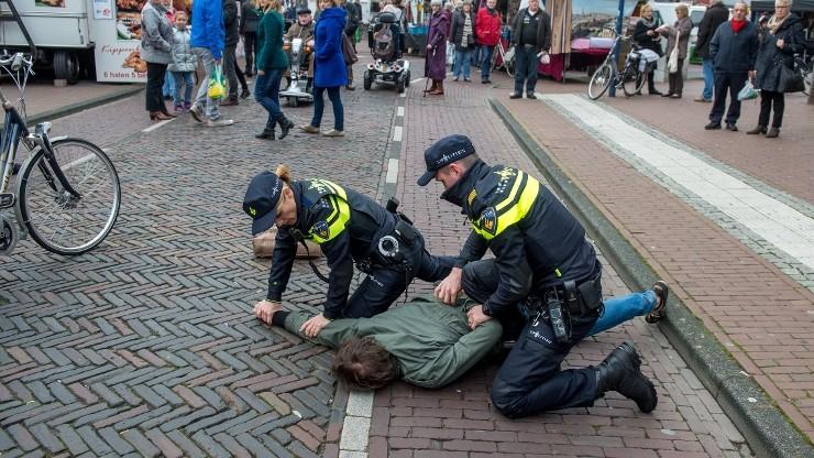 Holender wyrzucił broń, uciekając przed policją. Znalazł ją Polak i schował. Obaj trafili do aresztu