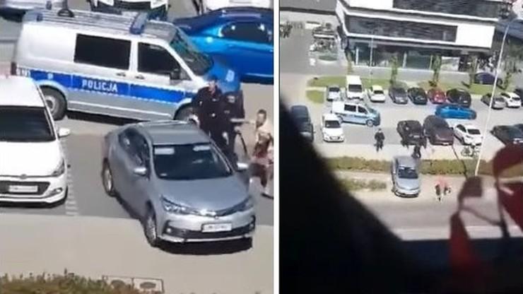 Wrocław. Wjechał na chodnik, na którym znajdował się ojciec z dzieckiem. Policja prosi o pomoc