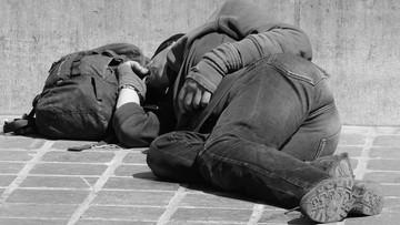 Miał postrzelić bezdomnego w twarz, innych pobić. 22-latek z Warszawy usłyszał zarzuty