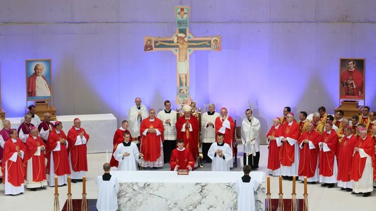 """""""Bądźmy w jedności z naszymi braćmi uchodźcami"""". Włoski kardynał w Świątyni Opatrzności Bożej"""
