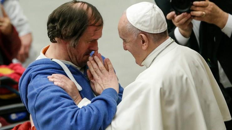 """Papież po raz kolejny zaskoczony przez wiernego. """"Pocałunek trwał kilka sekund"""""""