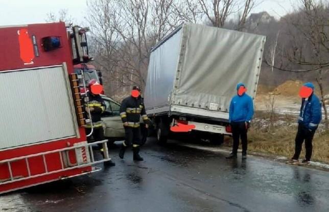 Zderzenie miało miejsce na stromym odcinku drogi, który w sobotę był oblodzony.