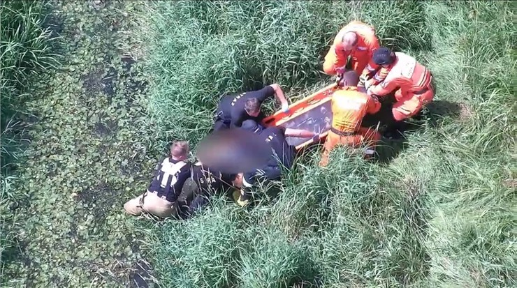 Tychy: wypatrzył ją policyjny dron. 63-latka z demencją leżała w rowie melioracyjnym