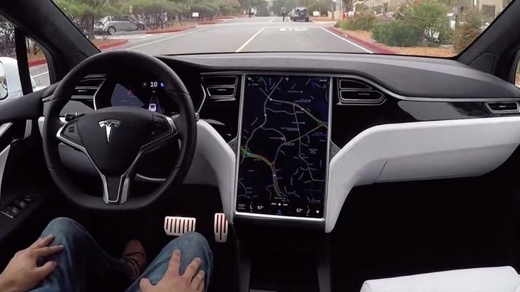 Autopilot za kierownicą. Tesla pokazała, jak jeździ autonomiczny samochód
