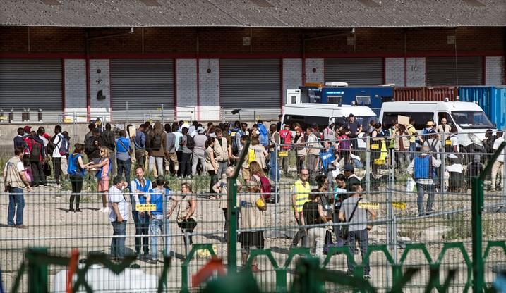 """""""Coś przecież muszą z nami zrobić"""". Migranci koczujący w Paryżu liczą na pomoc władz"""
