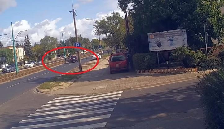 Wjechała na chodnik, potrąciła przechodnia. Później uderzyła w motocyklistę i uciekła [WIDEO]