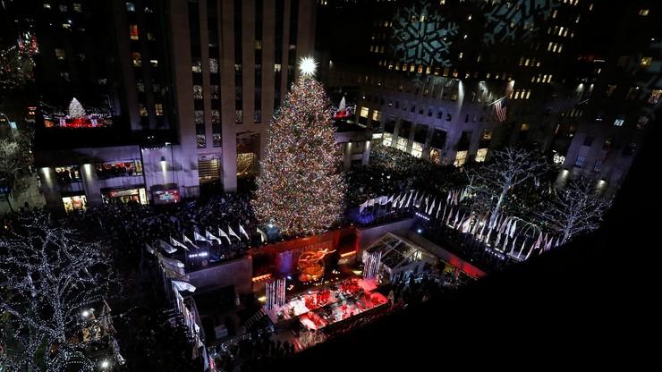 Rozbłysła choinka przed nowojorskim Rockefeller Center. Świerk został udekorowany 50 tys. lampek