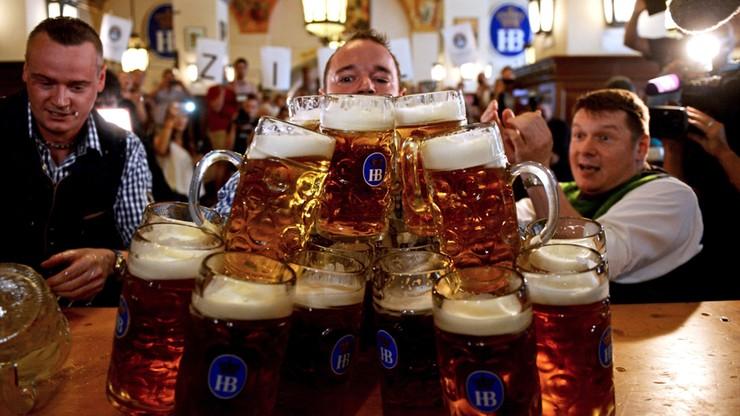 Przeniósł 27 kufli piwa. Bawarczyk rekordzistą świata w podnoszeniu złocistego trunku