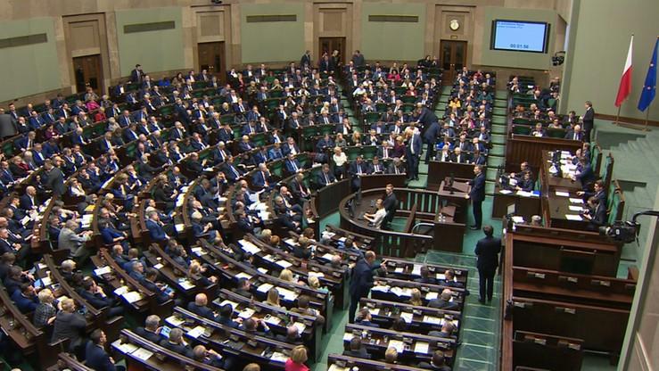 Po rekonstrukcji rządu rośnie poparcie dla PiS. Spadają notowania opozycji