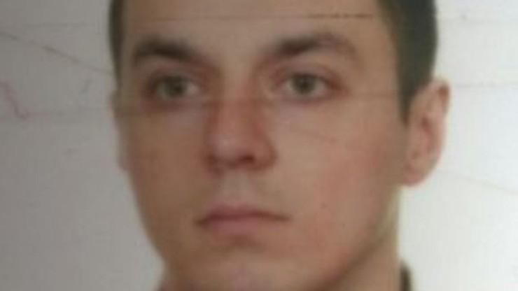 Stu policjantów poszukiwało podejrzanego o zabójstwo. Wciąż jest na wolności