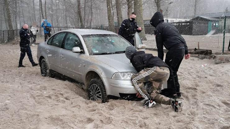 Miał naprawić auto, pojechał nim nad morze. Wpadł, bo zakopał się na plaży