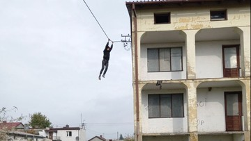 Uciekał przed policją po przewodach. Spadł z wysokości