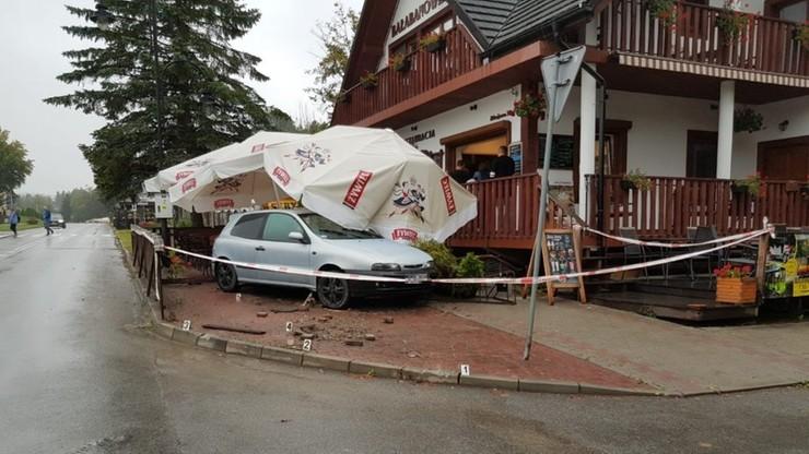 Wjechał w ogródek restauracji, w którym siedzieli turyści. Wypadek w Polańczyku