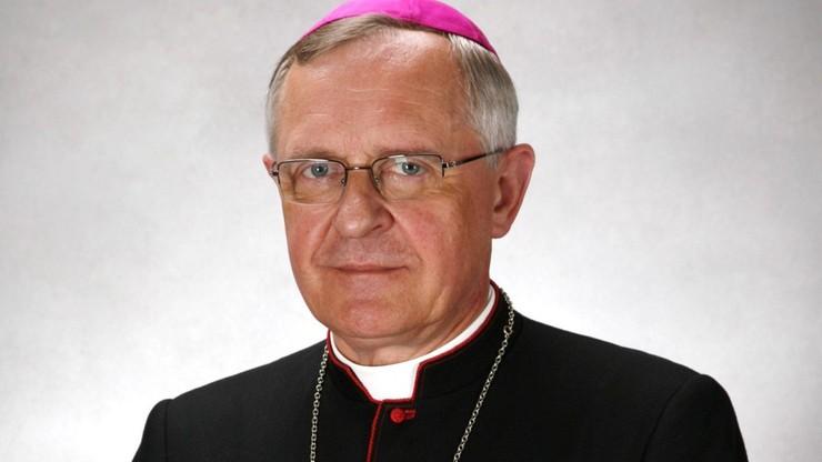 Biskup drugi raz zakażony koronawirusem. Trafił do szpitala