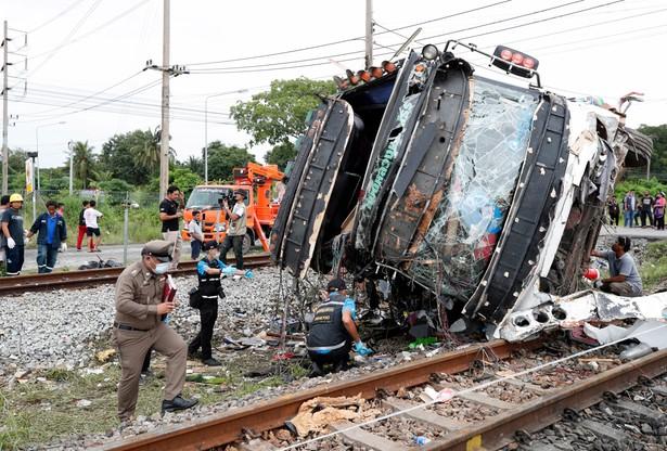 Autobus biorący udział w wypadku. Fot/EPA/RUNGROJ YONGRIT