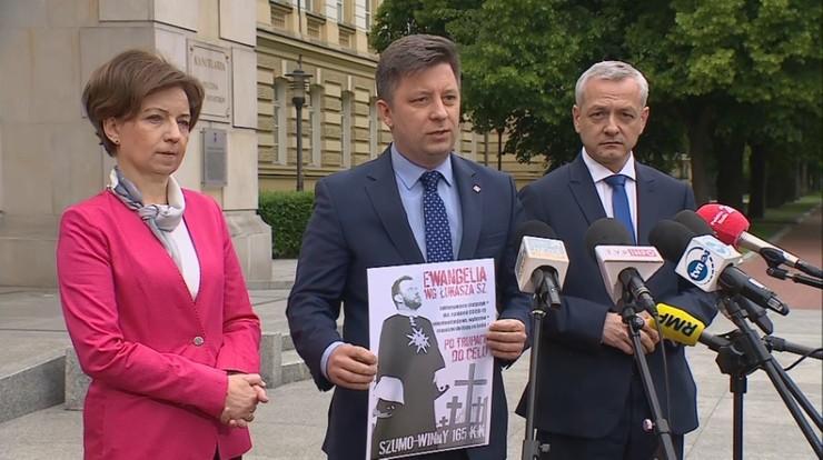 Plakaty wymierzone w Szumowskiego. Ministrowie: żądamy ich usunięcia