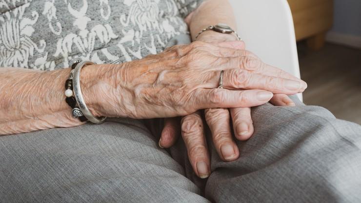 W sekrecie poślubił 91-latkę z Alzheimerem. Kiedy umarła, zgłosił się po spadek