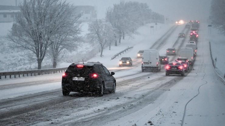 Intensywne opady śniegu na północnym wschodzie kraju, oblodzenia na południu