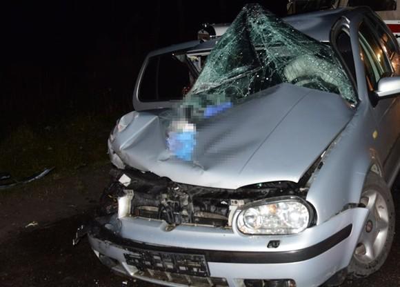 Obydwa pojazdy po zderzeniu zostały poważnie uszkodzone.