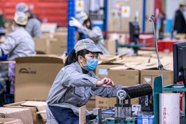 Media podają, że z powodu koronawirusa część globalnych firm wstrzymała działalność w Chinach