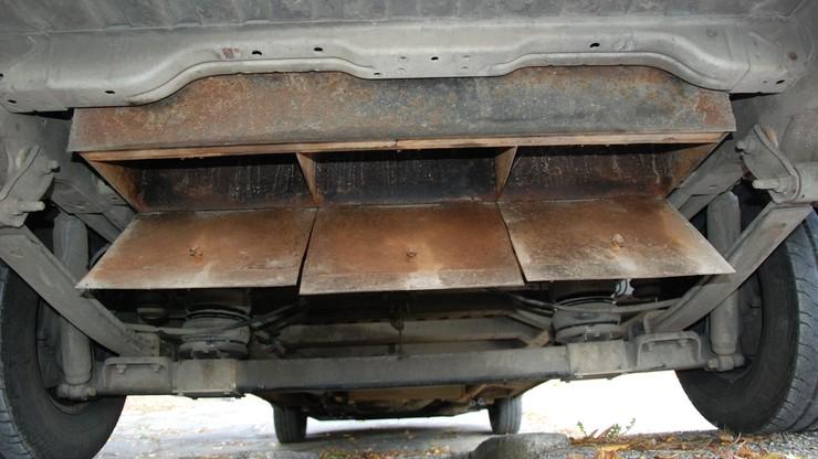 W busie zamontowali skrytki na kolce, które miały zatrzymać pościg. Auto po brzegi wypełnili 3 mln papierosów