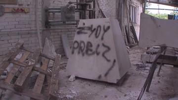 """""""Żydy precz"""". Koparka zniszczyła zakład kamieniarski, który odnowił pomnik upamiętniający Holokaust"""
