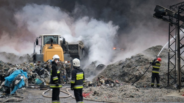 Składowisko opon w Żorach - dogaszanie pożaru składowiska opon może potrwać kilkanaście godzin