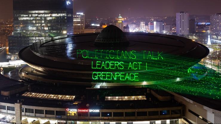 """""""Politycy mówią, liderzy działają"""". Greenpeace wyświetlił napisy na katowickim Spodku"""