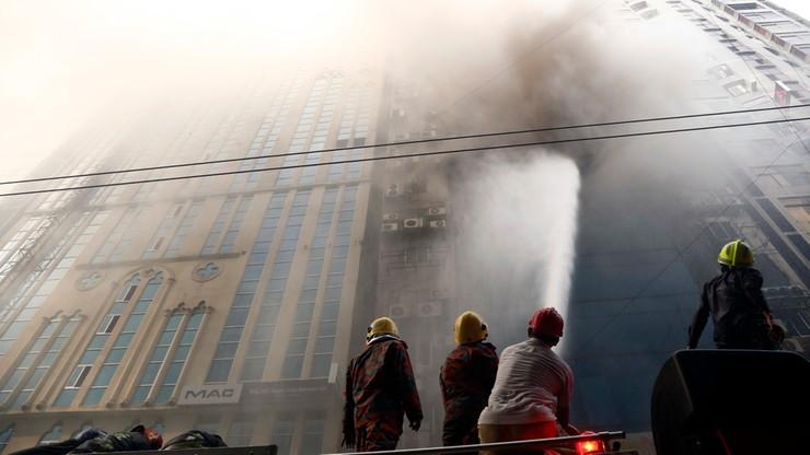Ogień spustoszył wieżowiec w Bangladeszu, śmierć poniosło 26 osób. Zatrzymano właścicieli budynku