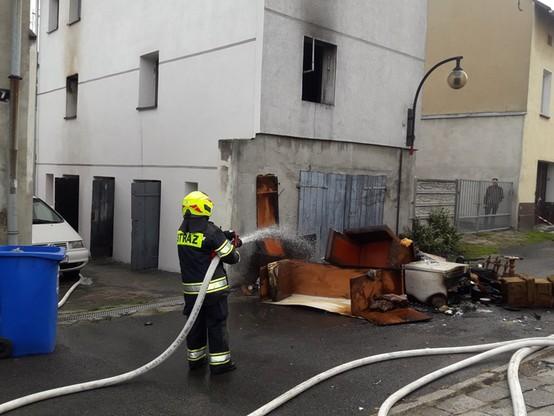 Pożar kamienicy w Krapkowicach. Nie żyje jedna osoba [ZDJĘCIA]