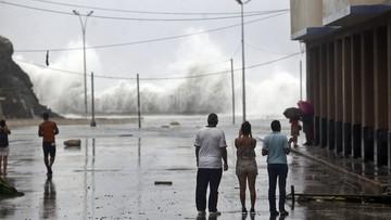 Setki domów bez dachów, zalane osiedla i bulwary. Kuba po przejściu Irmy