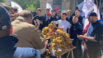 """Rolnicy z AgroUnii rozdawali ziemniaki. """"PiS nie zrobił dla polskiej wsi nic"""""""