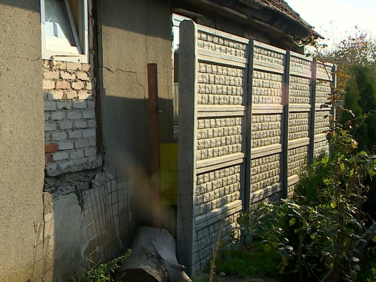 Zbudował mur 40 cm przed oknami sąsiadów
