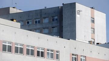 """Chory na COVID-19 skoczył ze szpitalnego okna. Rzecznik placówki mówi o """"pandemicznej psychozie"""""""