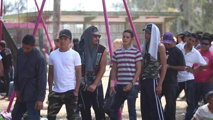 """""""Karawana"""" ponad tysiąca migrantów z Hondurasu zmierza do granicy z USA"""