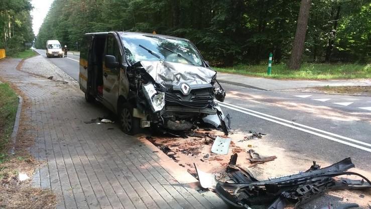 Wypadek pod Szczecinkiem. Bus najechał na zaparkowane auto; 4 osoby ranne