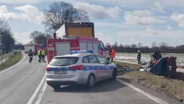 Dwoje dzieci zginęło w wypadku pod Ostrołęką. Zderzenie auta osobowego z ciężarówką