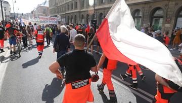 Medycy na ulicach Warszawy. Przy trasie znaleziono materiały pirotechniczne