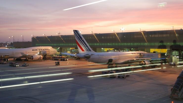 Utknęli na lotnisku w Paryżu. Od 3 tygodni śpią na krzesłach i podłodze