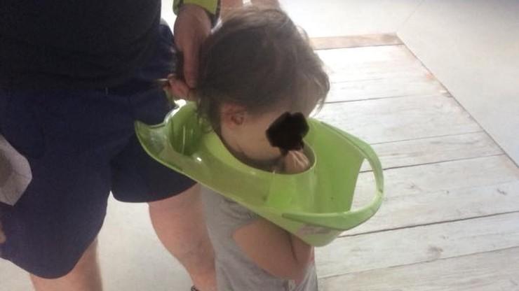 Przecisnęła głowę przez nakładkę na sedes. Z pomocą ruszyli strażacy