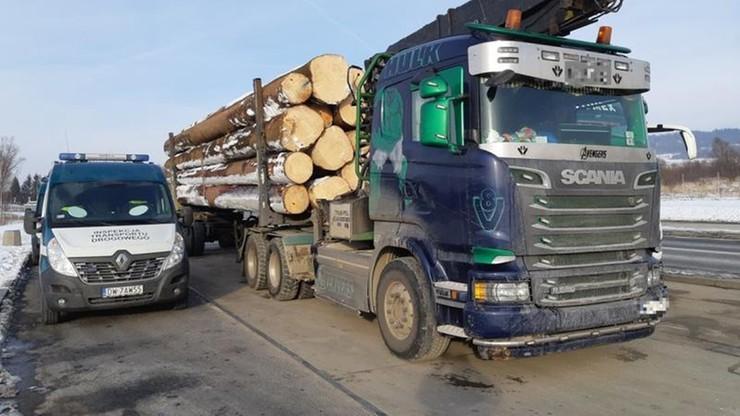 Za ciężki o blisko 18 ton. Transport drewna trzeba było przeładować na dwie ciężarówki