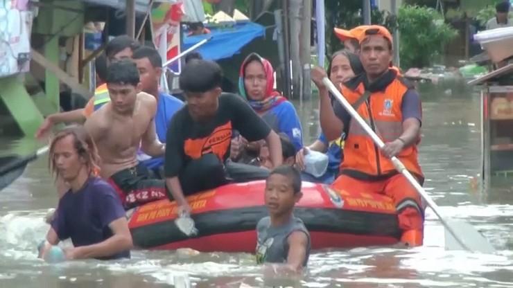 Dżakarta pod wodą. 53 ofiary powodzi w stolicy Indonezji [WIDEO]