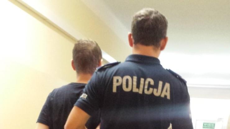 Warszawa: zatrzymani za atak na policjanta trafili do prokuratury