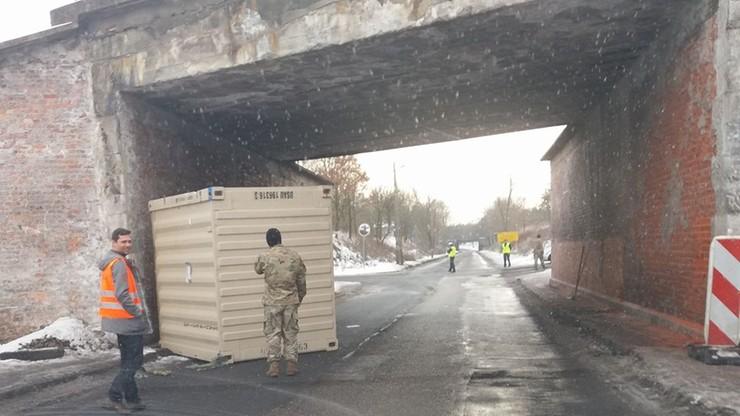 Ciężarówka amerykańskich żołnierzy utknęła pod wiaduktem