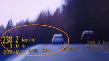 """Jechał ponad 200 km/h. Policjantom wyjaśnił, że """"był mały ruch"""""""
