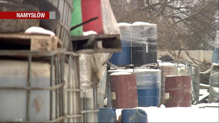 Z porzuconych beczek wyciekają szkodliwe substancje. Składowisko chemikaliów w Namysłowie