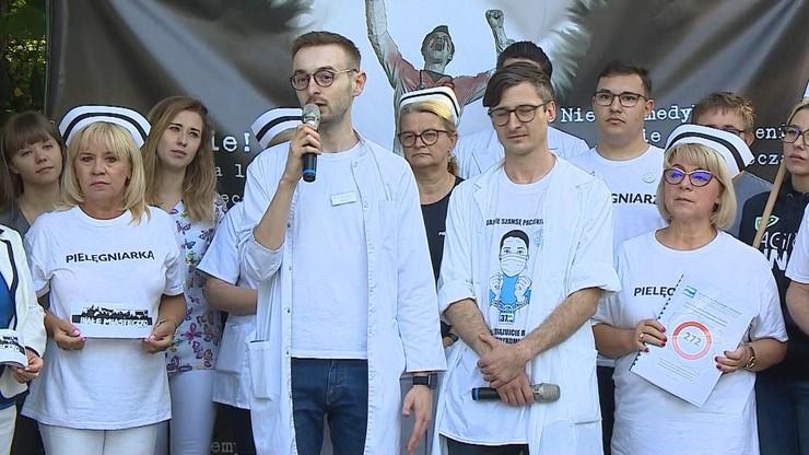 """Warszawa. Drugi dzień """"białego miasteczka"""". """"Mamy gotową receptę na uzdrowienie służby zdrowia"""""""