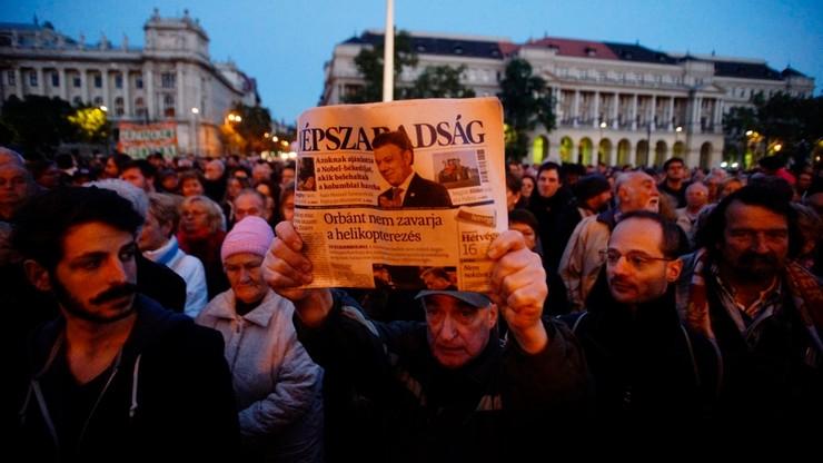 """""""Tu zabito wolność słowa"""". Węgrzy protestują po zawieszeniu wydawania opozycyjnej gazety"""