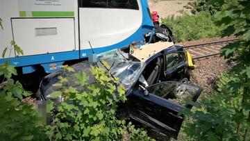 Kobieta w bmw wjechała pod pociąg. Ranną zabrał helikopter [ZDJĘCIA]
