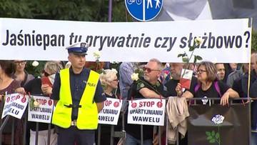 """""""Wawel Królów, nie prezesa"""". Szef PiS odwiedził grób Lecha i Marii Kaczyńskich na Wawelu"""